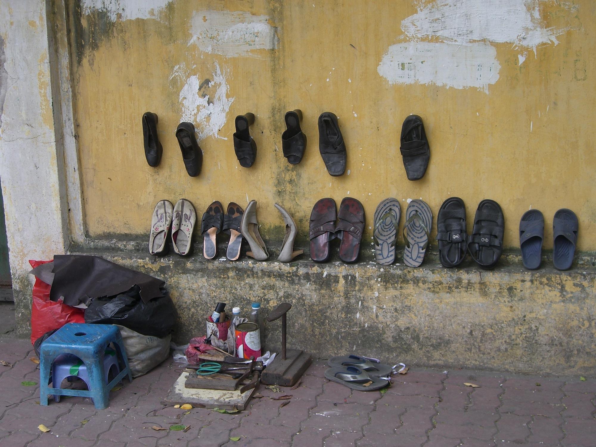 Mobiler Schuhmacher im Old Quarter von Hanoi