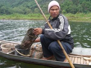 Ein Fischer bereitet seine Fangfallen vor