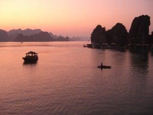 Halong Bucht in der Abenddämmerung