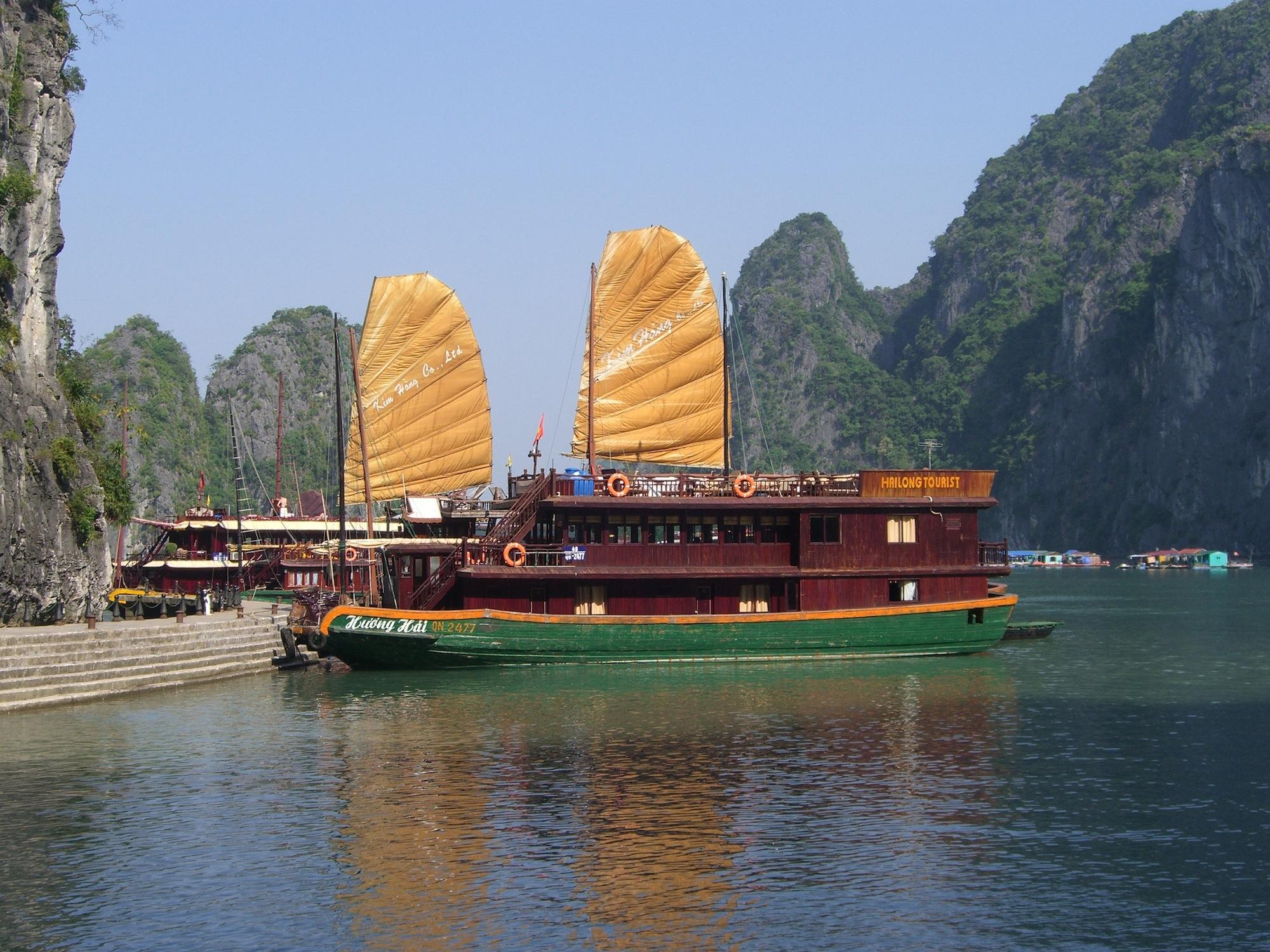 Eine der Anlegestellen für die Ausflugsschiffe (Halong Bucht)