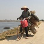 Schwer bepackte Fahrradfahrerin auf dem Weg nach Ninh Binh
