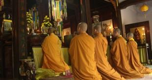 Betende Mönche in der Tu Dam Pagode