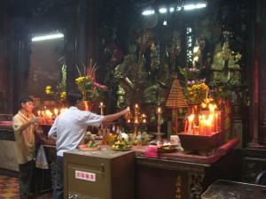Im Inneren der Jade Emperor Pagoda in Saigon