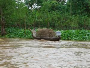 Ein Fischer auf dem Weg um seine Fangnetze auszusetzen