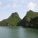 Steinformationen zu Beginn der Halong Bay