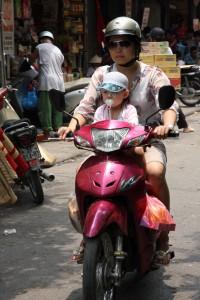 Früh übt sich beim Umgang mit dem in Vietnam populären Roller