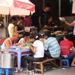 Typische vietnamesische Straßenküche in Hanoi