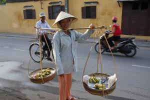 Transport und Warenangebot in einem - Bananen vom Straßenhändler