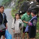 Hmong-Kinder auf dem Weg ins nächste Dorf