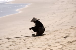 Vietnamesischer Fischer am Strand